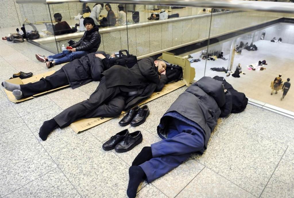 terremoto japon 11 3 2011 marzo dia 1 Tokio City Hall durmiendo