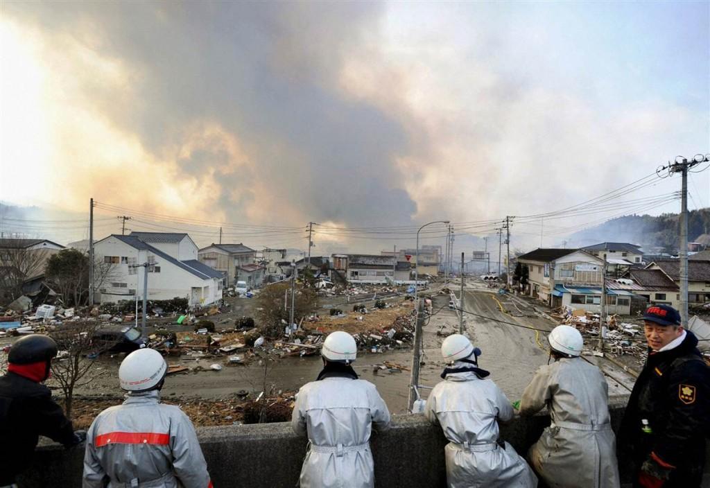 terremoto tsunami japon 2011 marzo 12 bomberos humo