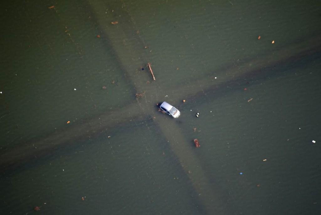 terremoto tsunami japon 2011 marzo 12 coche cruce