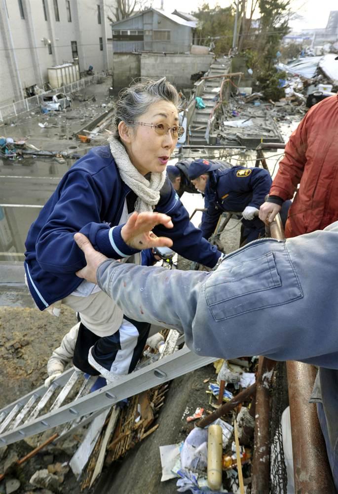 terremoto tsunami japon 2011 marzo 12 mujer salvamento