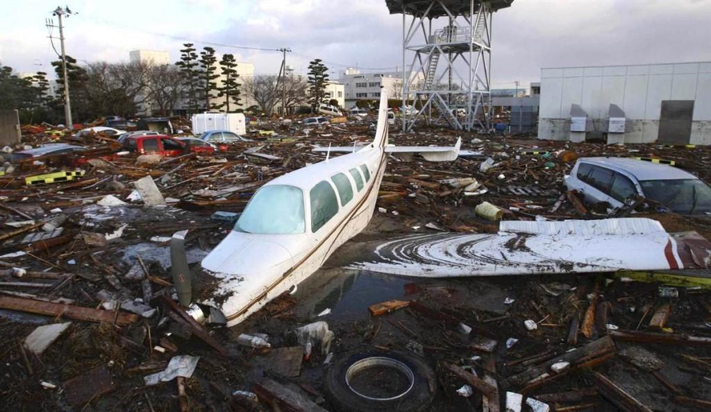 terremoto tsunami japon 2011 marzo 12 natori avioneta coches