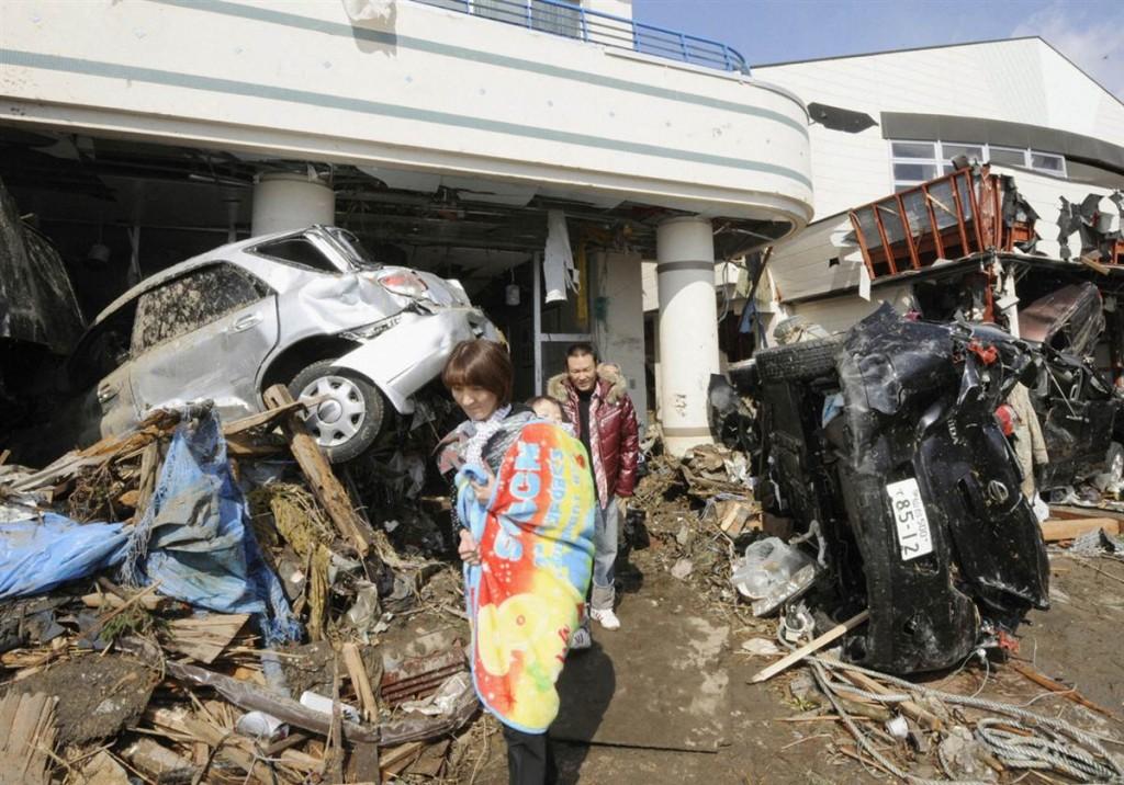 terremoto tsunami japon 2011 marzo 12 personas coches