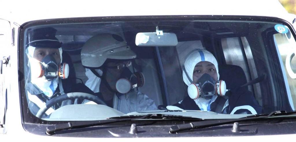 terremoto tsunami japon 2011 marzo 12 policias mascaras gas