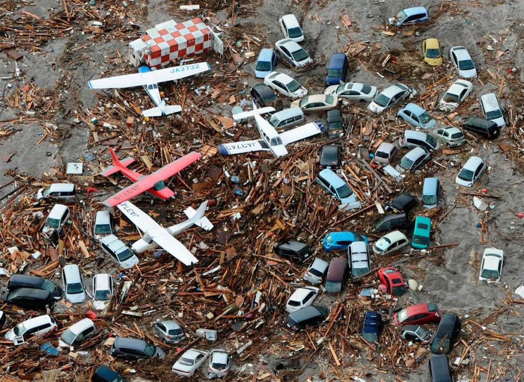 tsunami japon 11 2011 marzo aeropuerto sendai coches aviones