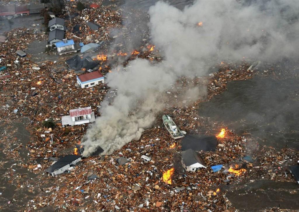 tsunami japon 11 2011 marzo casas ardiendo sendai