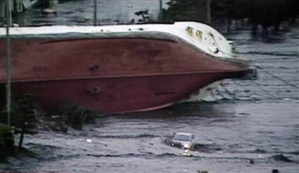 tsunami japon 11 2011 marzo hachinohe barco volcado
