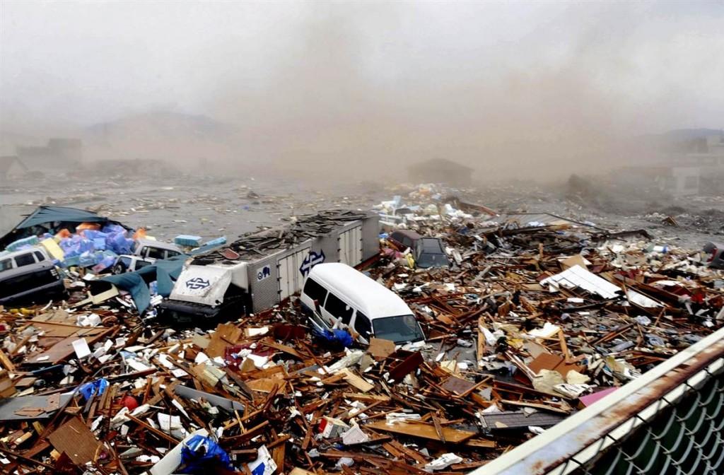 tsunami japon 11 2011 marzo kesennuma coches escombros