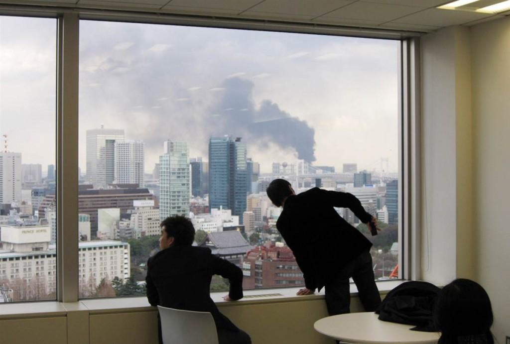 tsunami japon 11 2011 marzo tokio hombres mirando humo