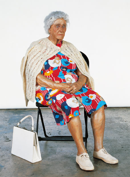 duane hanson escultura figura mujer mayor silla plegable