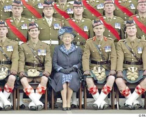 kilt falda escocesa accidente humor reina isabel