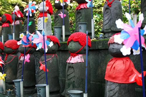 estatuas jizo gorritos