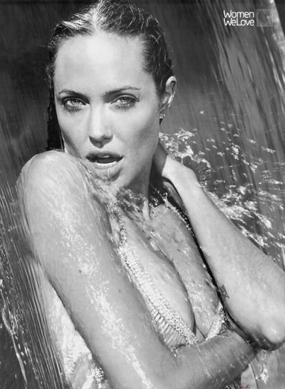 angelina-jolie-angie-esquire-sexy-agua-cascada