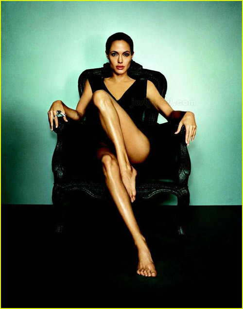 angelina-jolie-esquire-2007-sofa-sentada-sitted