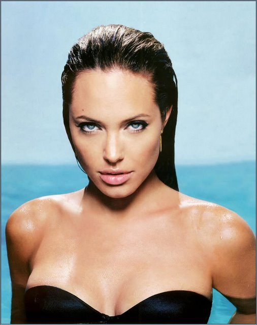 angelina-jolie-esquire-blue-eyes-ojos-azules-traje-bano-swim