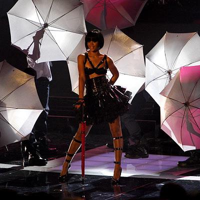 rihanna-umbrella-paraguas-actuacion-live