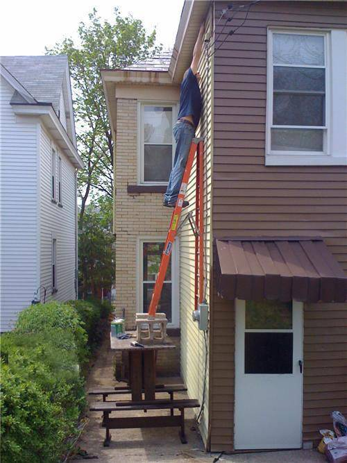 hombre trabajando riesgo precaucion escalera