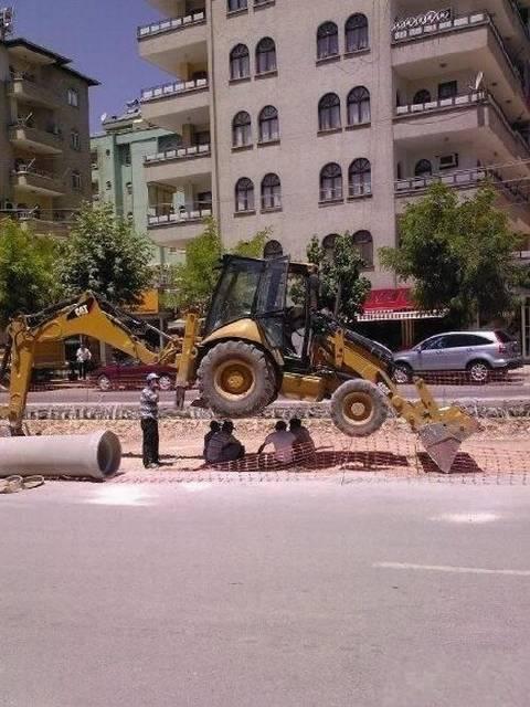 hombres riesgo obra excavadora construccion