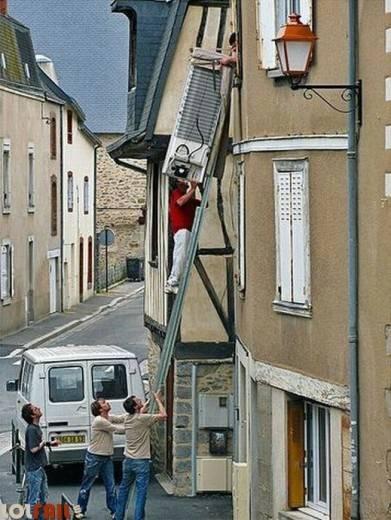 hombres trabajos arriesgados escalera mudanza