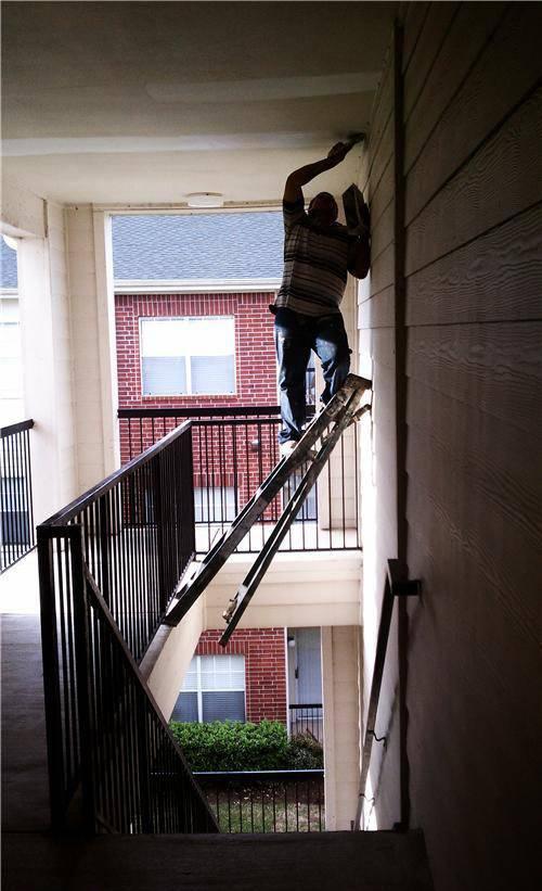 hombres trabajos arriesgados precaucion escalera