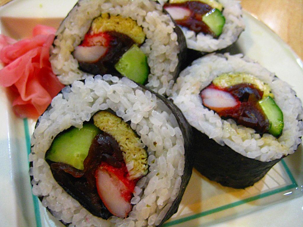 Futomaki sushi rollo ancho muchos rellenos