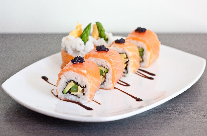 Uramaki sushi arroz fuera nori dentro
