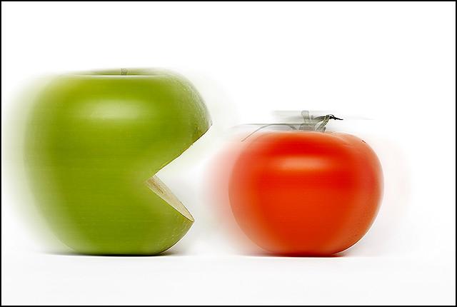 pacmanzana comiendo tomate