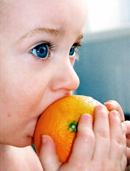 sentido-gusto-nino-naranja-comiendo-baby-eating-orange
