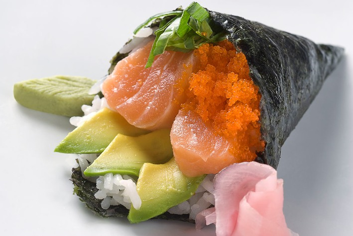 temaki sushi rollo ingredientes dentro