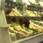 Osezno en un supermercado