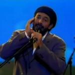 ¿Por qué algunos cantantes se tapan el oido al cantar?