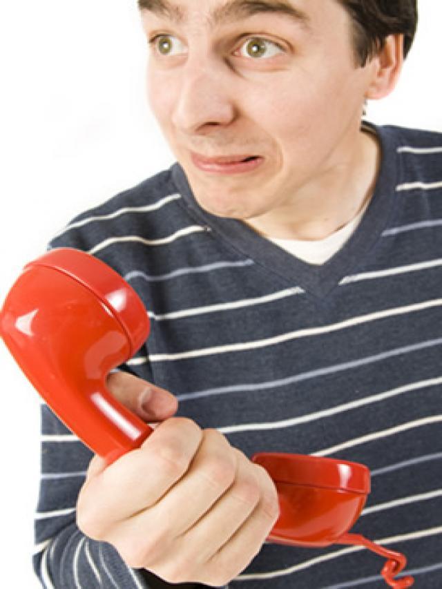 A mi tambien me llaman el telefono fijo y me preguntan si estoy en casa