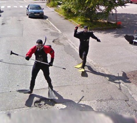 Los buzos que intentan atacar a la camara de Google Maps