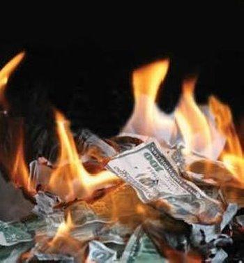 dinero fuego quemando