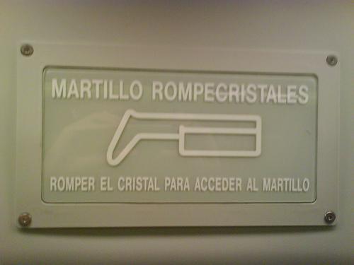 romper el cristal para acceder al martillo rompecristales