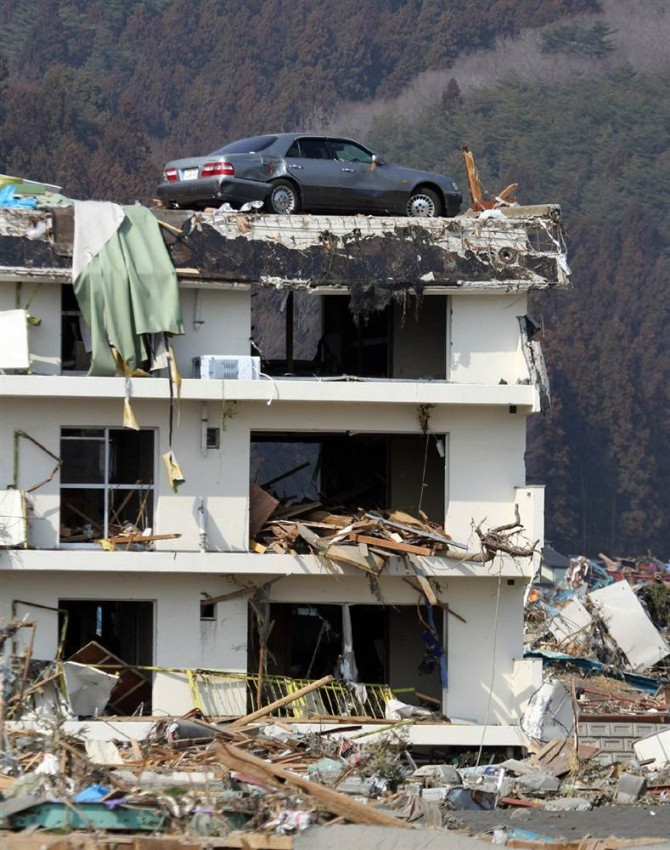 tsunami japon 11 marzo 2011 vehiculo edificio
