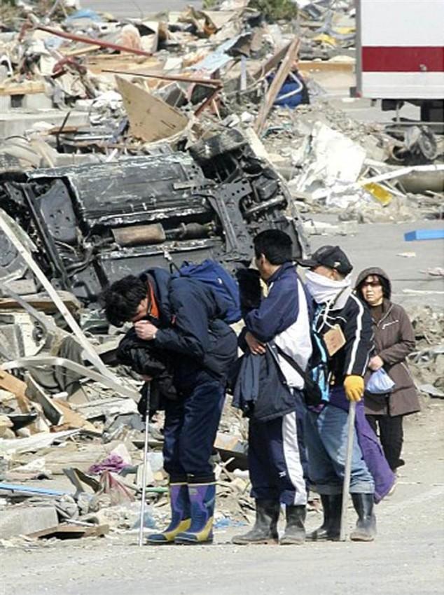 tsunami japon 2011 hombre llorando Onagawa Miyagi