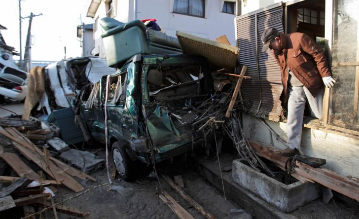 tsunami terremoto japon 2011 Yotsukura hombre coche