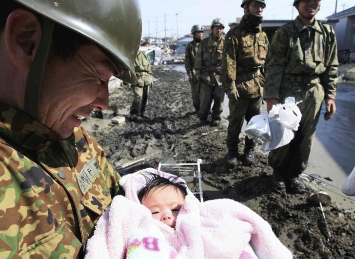 tsunami terremoto japon 2011 bebe rescate