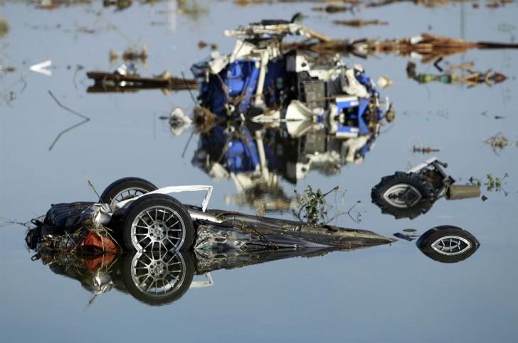 tsunami terremoto japon 2011 coche hundido