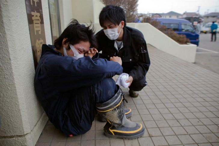tsunami terremoto japon 2011 hombre llorando muerte