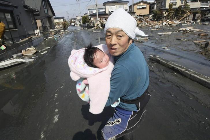 tsunami terremoto japon 2011 padre bebe