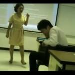 Una profesora rompe la Blackberry de un alumno en plena clase