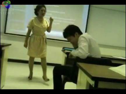 profesora rompe blackberry clase