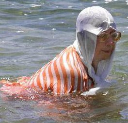 Senoras que creen que no sabemos que se meten al mar solo para mear