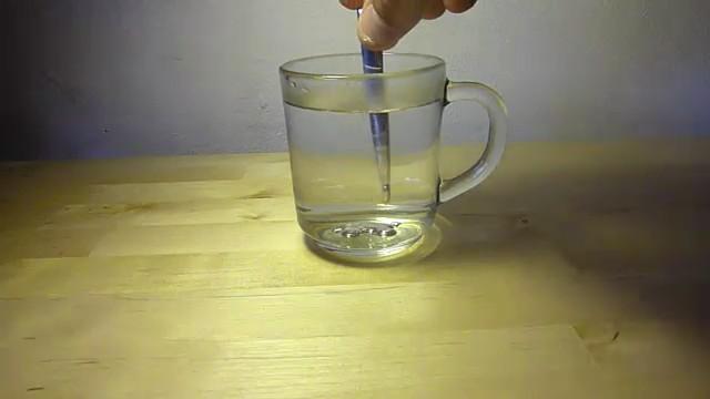 fundir cuchara galio agua caliente 3