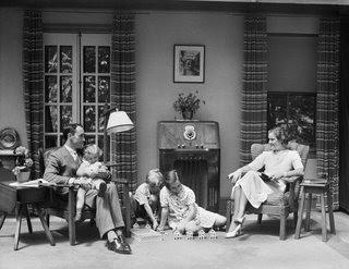 familia antigua alrededor radio