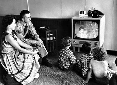 familia antigua alrededor televisor