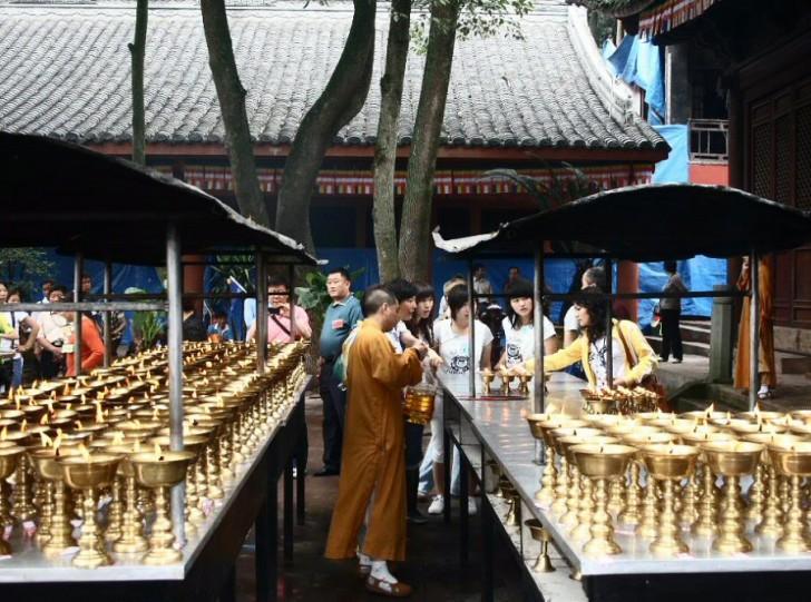 buda leshan templo budista velas