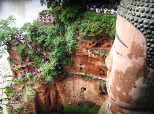 estatua gran buda leshan china escaleras