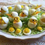 Plato artístico de huevos cocidos